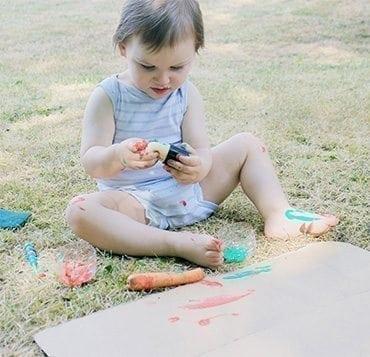 Bébé, artiste en herbe : peindre librement