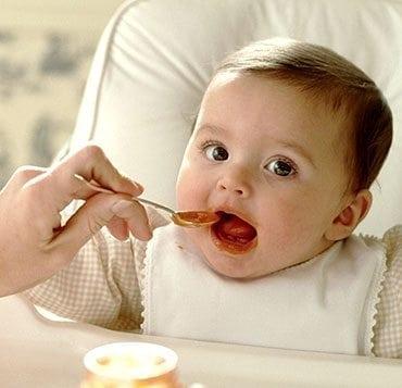 Comment faire quand bébé refuse de manger ?