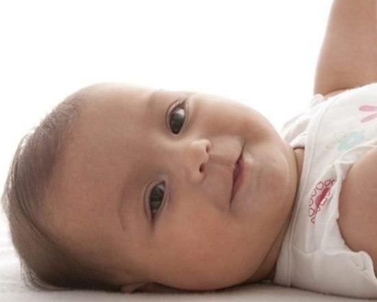 Bébé se retourne seul : une petite révolution
