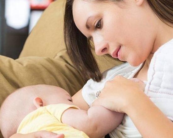 Bien installée pour allaiter en toute sérénité