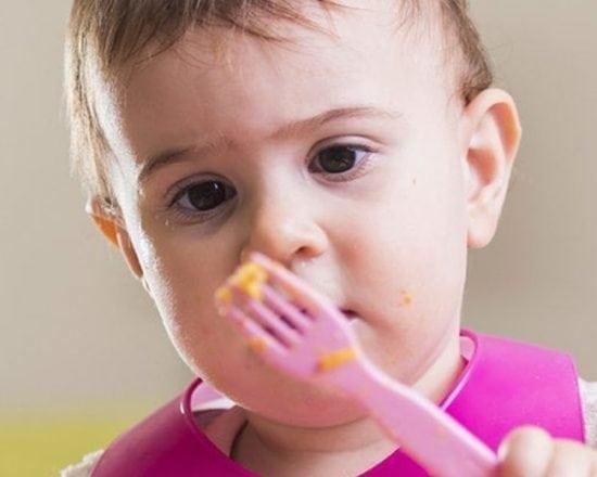 Les repas de bébé à 12 mois : à quoi doit-on faire attention ?