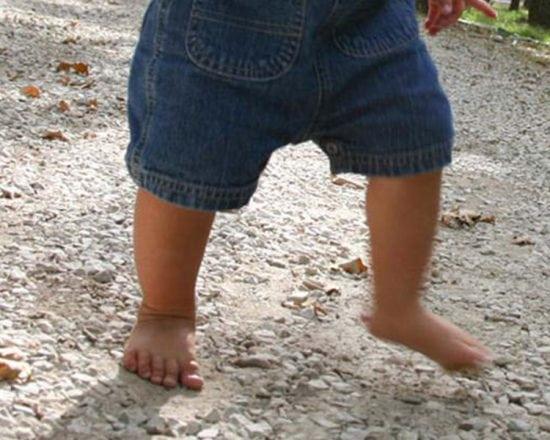 Bébé fait ses premiers pas : en avant, marche !