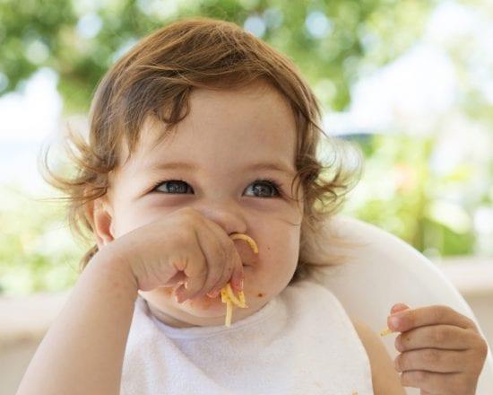 À quel âge bébé mange seul ?