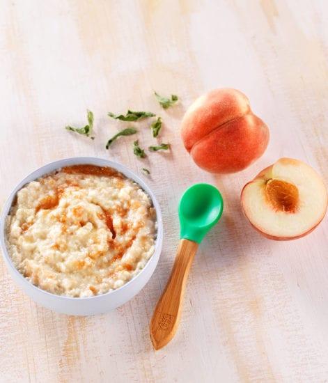 Porridge sans cuisson aux pêches et à la verveine