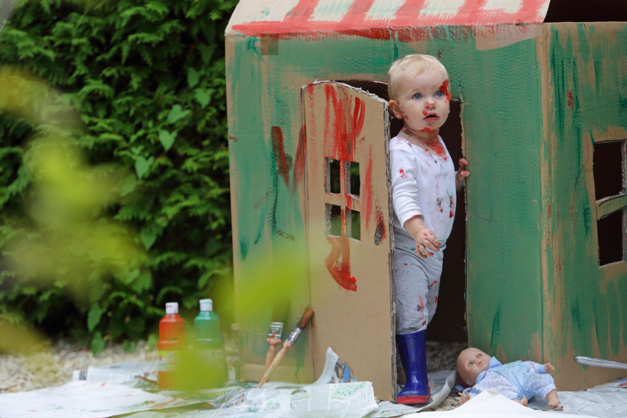 peindre-une-cabane-en-carton