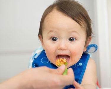 Textures : comment mixer les aliments pour bébé selon son âge ? (viande, légumes, riz…)