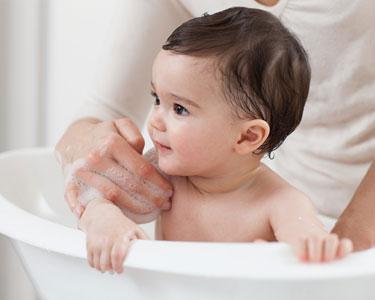 Comment baigner bébé sans se faire mal au dos ?