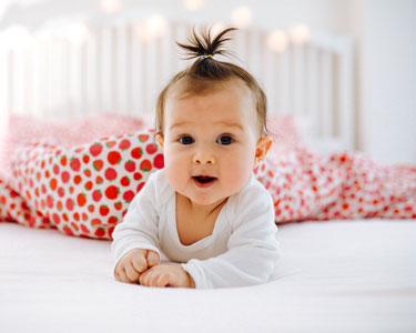 Comment aider bébé à se retourner ?