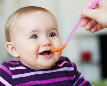 Les repas de bébé à 6 mois : à quoi doit-on faire attention ?
